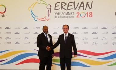 Bernard Deladrière, membre du gouvernement en charge de la francophonie, et Charlot Salvai, Premier ministre du Vanuatu, au XVIIe sommet de l'OIF.