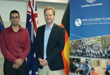 De droite à gauche : Paul Wilson, consul général d'Australie, Lindsay Emeriau et Rebecca Pope, chargés d'études politiques. © Valérie Bensimon