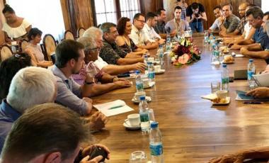 Délégations calédonienne et polynésienne, conduites par Philippe Germain et Teva Rohfritsch, vice-président du gouvernement de la Polynésie française.