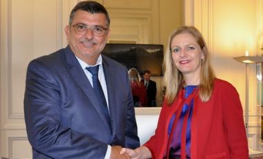 La convention a été signée par Philippe Germain, président du gouvernement, et Charline Avenel, secrétaire générale de Sciences Po.