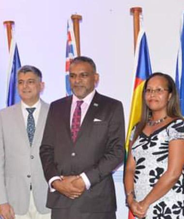De gauche à droite : Craig Strong, PDG Investment Fidji, René Consolo, chargé d'affaire de l'ambassade de France à Fidji, Faiyaz Koya, ministre du gouvernement fidjien en charge du commerce, échanges, tourisme et transport, Rose Wete, déléguée pour la Nou