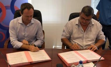 Philippe Renault et Philippe Germain officialisant la signature.