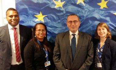 De gauche à droite : Gaston Wadrawane, Rose Wete, Stefano Manservisi (Directeur Général), Cécilia Madeleine et Alexandre Lafargue.