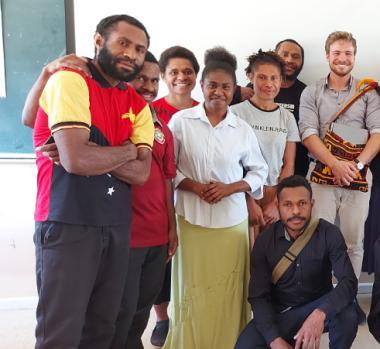 Alexandre Lafargue, délégué pour la Nouvelle-Calédonie en Papouasie-Nouvelle-Guinée, avec la classe de français et d'indonésien.