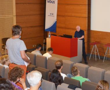 La soirée-débat avec Alastair Sutton s'est tenue dans l'auditorium du centre administratif de la province Sud.