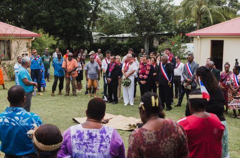 Le ministre des Outre-mer a échangé un geste coutumier avec la grande chefferie de l'île des Pins.