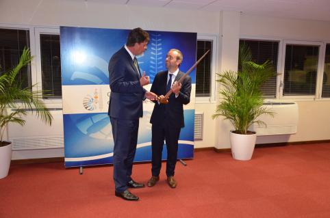 Le président du gouvernement a offert au ministre des Outre-mer un rostre d'espadon sculpté.