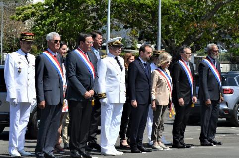 Le ministre des Outre-mer Sébastien Lecornu, entouré du président du gouvernement Thierry Santa et des représentants des autorités civiles et militaires, a rendu hommage aux forces armées calédoniennes.