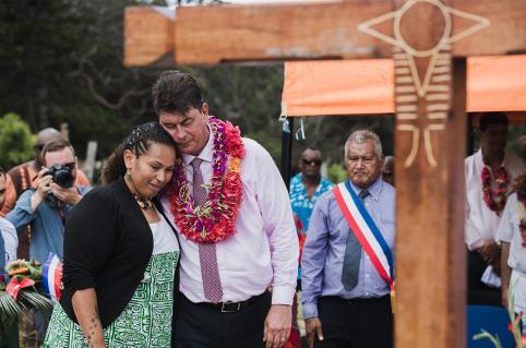 Thierry Santa et Laura Vendegou face à la sépulture du grand chef Hilarion Vendegou