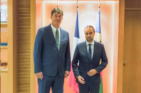 Thierry Santa et Sébastien Lecornu se sont ensuite entretenus en privé dans le bureau du président.