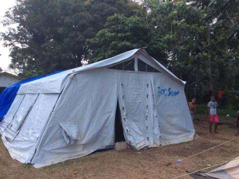 Dans la petite école de Lombua, des tentes accueillent les classes des réfugiés d'Ambaé.
