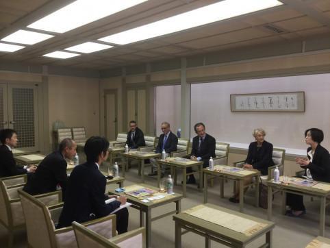 Avant de rejoindre l'Alliance française, Bernard Deladrière a été reçu à la mairie de Nagoya, en compagnie d'Olivier Salvan, directeur de l'AF.