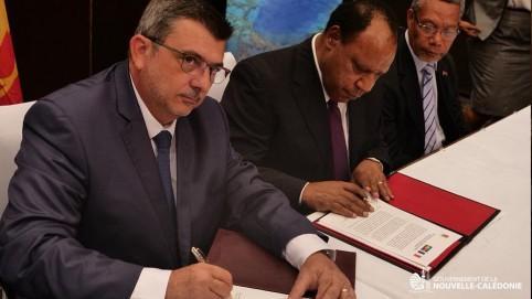 Philippe Germain et le ministre des Affaires étrangères et du commerce extérieur, Rimbik Pato.