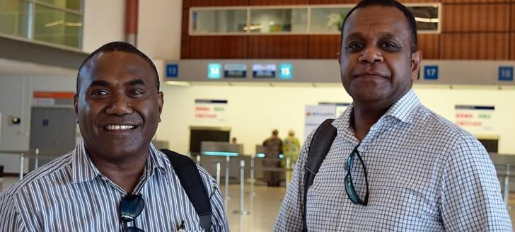 Paul Lennis et Manfreid Veremaito, agents de l'autorité de l'Aviation civile du Vanuatu, ont suivi une formation auprès de la direction de l'Aviation civile en Nouvelle-Calédonie.