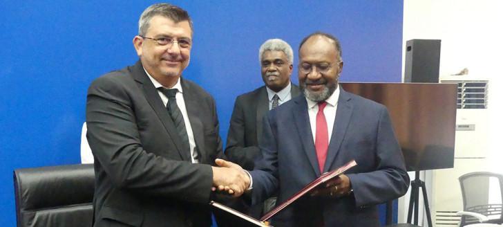 Le président du gouvernement Philippe Germain et le Premier ministre Charlot Salwai ont signé un accord aérien le 12 avril.
