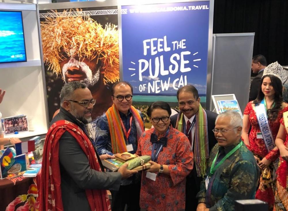 M. Emmanuel Tjibaou, Directeur du centre Culturel Tjibaou en compagnie des dignitaires indonésiens mentionnés dans le texte.