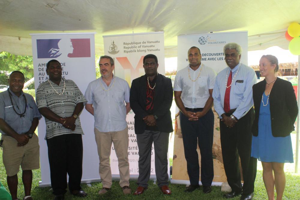 Brian Sali (Island construction limited), Simeon Seule, Pierre Fournier, Johnny Koanapo, ministre des finances, Gaston Wadrawane, Jean-Pierre Nirua et Lucie Vigier, représentante de France volontaires au Vanuatu