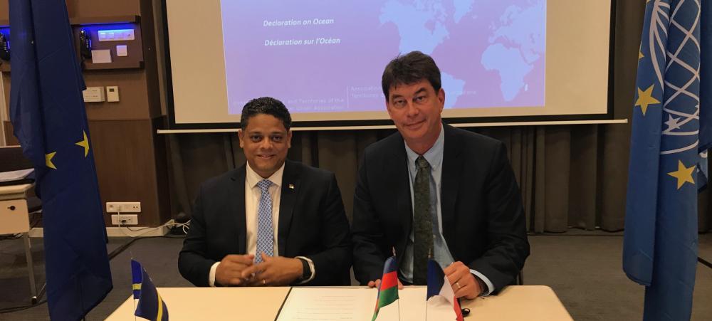 Thierry Santa a signé une déclaration d'intention en faveur des océans avec Eugene Rhuggenaath, Premier ministre de Curaçao, actuel président de l'OCTA.