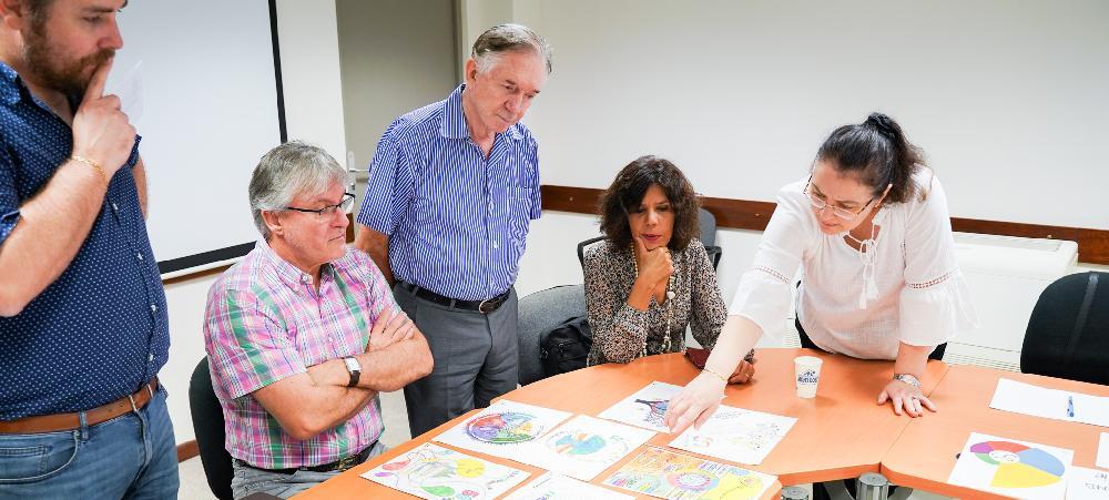 Le jury s'est réuni pour examiner les nombreuses œuvres en lice.