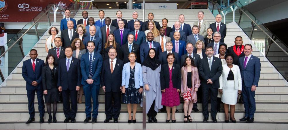 Photo de famille des représentants des gouvernements qui ont participé à la GEO Week 2019 dont le délégué pour la Nouvelle-Calédonie en Australie, Yves Lafoy (3e rang à droite).