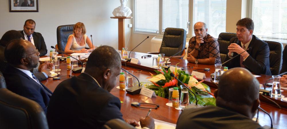 Thierry Santa s'est entretenu avec Charlot Salwai (1er à g.), en présence notamment du vice-président du gouvernement Gilbert Tyuienon.